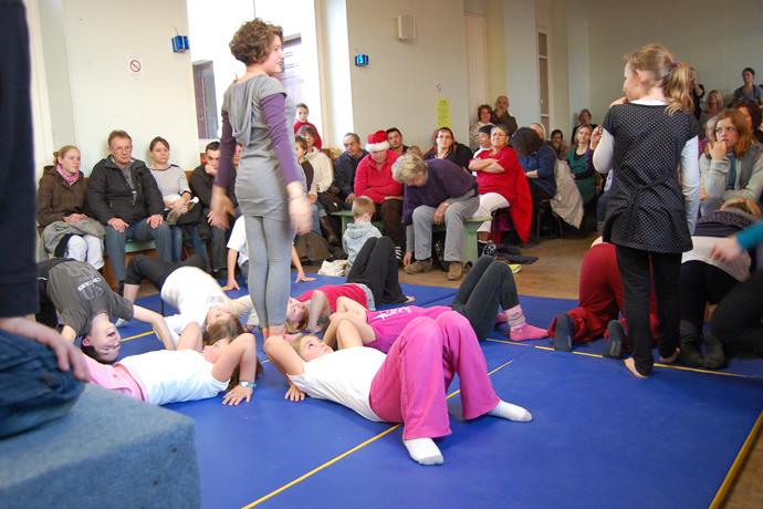 """Les enfants du RPI de Saint-Front, Valence et Ventouse ont donné un spectacle de gymnastique avec le matériel acheté dans le cadre du """"Programme éducation nutritionnelle"""""""