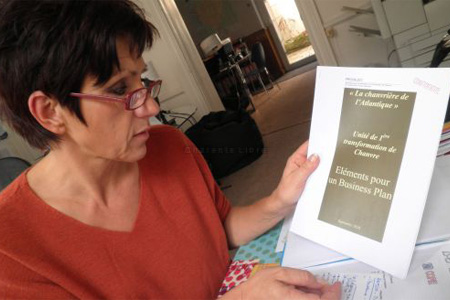 Le dossier concernant la création d'une unité de défibrage et de transformation du chanvre est prêt, comme le montre Nicole Bonnefoy. Photo S. C.
