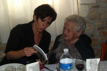 La sénatrice Nicole Bonnefoy a offert à Denise Deschamps un livre sur le petit Mairat. Photo CL