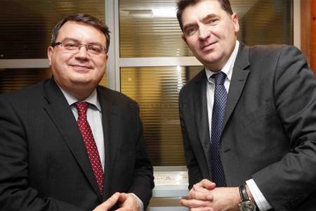 Yusef Sabeh, le président de SNC-Lavalin, et Philippe Thibaud, le gérant, annoncent un projet durable pour l'aéroport. Photo : M. Bouzzit