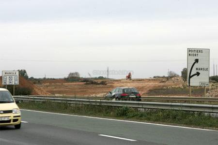 Les travaux en cours sur la Nationale 10 à Mansle ne déboucheront finalement que sur un demi-échangeur. Photo : CL