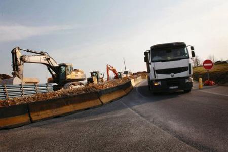 Les camions venant du nord traverseront le centre-ville de Mansle pour aller à la base LGV de Villognon, en attendant l'aménagement d'une piste provisoire. Photo : C. Levain