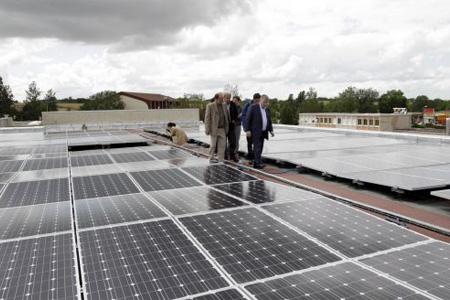 Sur le toit du collège de Mansle, on se faufile entre les panneaux photovoltaïques, à l'image de Michel Boutant, le président du conseil général. Photo : M. Bouzzit
