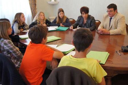 Avant de répondre aux questions, la sénatrice s'est intéressée au fonctionnement du conseil municipal des enfants. Photo : CL