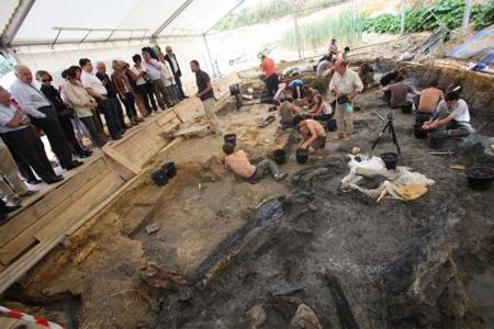 Angeac-Charente hier. Devant les élus en visite, les scientifiques ont montré la «forêt engloutie» découverte il y a une dizaine de jours : du bois fossilisé, en bas à droite de l'image. Photo : P. Messelet