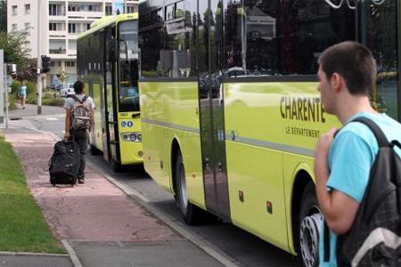 Le réseau départemental de transports en commun casse les prix pour attirer une nouvelle clientèle. Pour traverser la Charente, c'est désormais 1 euro. Photo : M. Bouzzit