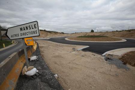 Chantier 1 : Un giratoire a vu le jour à l'échangeur au sud de Mansle. De là partira la voie de substitution qui reliera la RD 739 en direction de Saint-Claud. Photo : P. Messelet