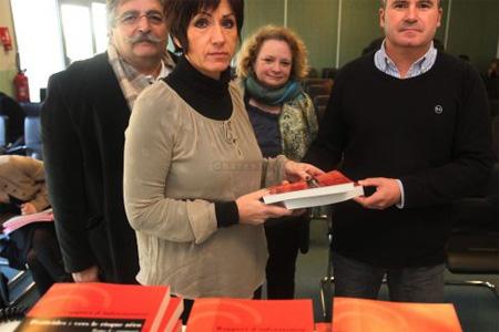 Nicole Bonnefoy a symboliquement remis son rapport à Paul François, Jacky Ferrand et Caroline Chenet, épouse d'un agriculteur décédé, vice-présidente de l'association Phyto-victimes. Photo : P. Messelet