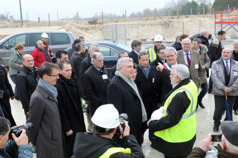 Frédéric Cuvillier, le ministre des Transports, a pu observer le déplacement d'un voussoir, ces piliers de béton qui soutiennent les viaducs. Photo : M. Bouzzit