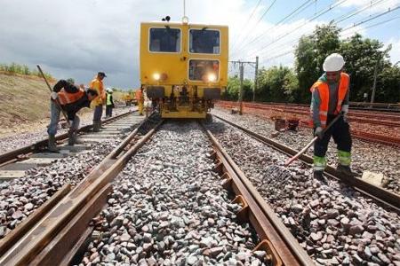 L'engin de la société Meccoli est chargé de soulever le rail pour bourrer les 25 centimètres de ballast. Photo : P. Messelet