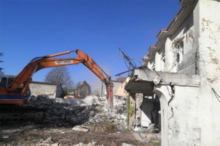 """Pelleteuse et bulldozer ont attaqué cette semaine l'ancienne maison de retraite des """"3 Piliers"""". Pelleteuse et bulldozer ont attaqué cette semaine l'ancienne maison de retraite des """"3 Piliers"""". Photo : S. C."""
