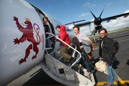 Les premiers passagers charentais à destination de Figari ont embarqué samedi à 17h40 pour une semaine au moins de vacances au soleil. Photo : L. S.
