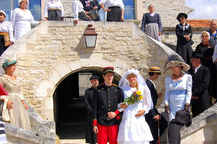 """Représentation """"Les dessous de la mariée"""" par la troupe de théâtre du FALM dans les rues de Villognon. Photo : N. Bonnefoy"""