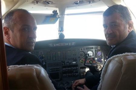 Philippe Saint-André et Christophe Ducluzeau, dans le cockpit du Cessna Citation II qui a fait escale en Charente hier. Photo : B.R