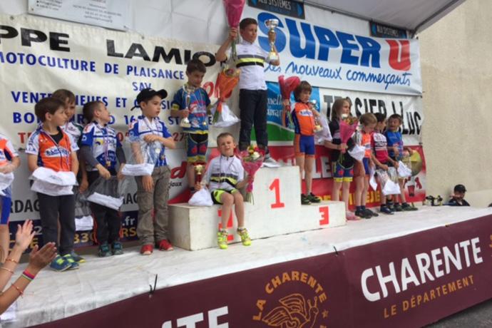 Remise des récompenses à la course des écoles de vélo à Saint Angeau. Photo : N.Bonnefoy