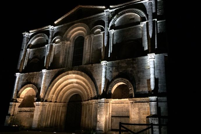 Mise en lumière de l'église et du cloître de l'abbaye de Saint Amant de Boixe. Photo : N. Bonnefoy