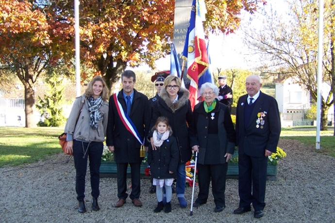 Cérémonie du 11 novembre à Mansle et remise de la Croix du combattant à Mme Calvet. Photo : M. Lavaud