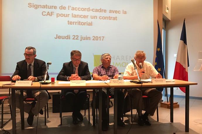 Signature de l'accord-cadre avec la CAF à Confolens. Photo : N. Bonnefoy